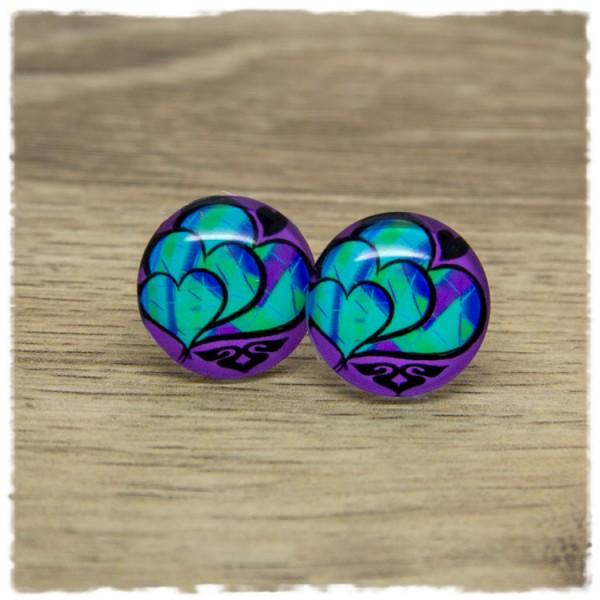 1 Paar Ohrstecker mit türkisen Herzen auf lila Hintergrund