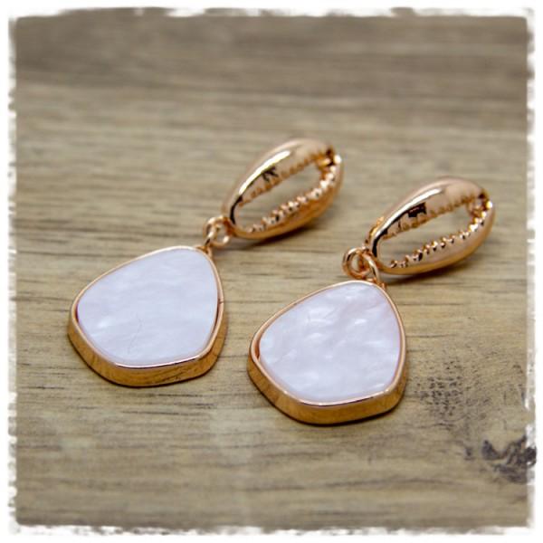 1 Paar Ohrhänger in 25 mm golden mit Muschel und Anhänger mit perlmutweißem Einsatz