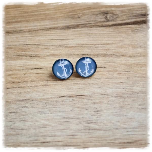 1 Paar Ohrstecker in 12 mm mit weißem Anker auf grauem Hintergrund