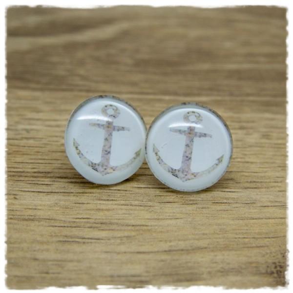 1 Paar Ohrstecker mit marmoriertem Anker auf weißem Hintergrund