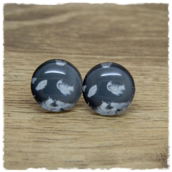 1 Paar Ohrstecker mit Federn auf grauem Hintergrund