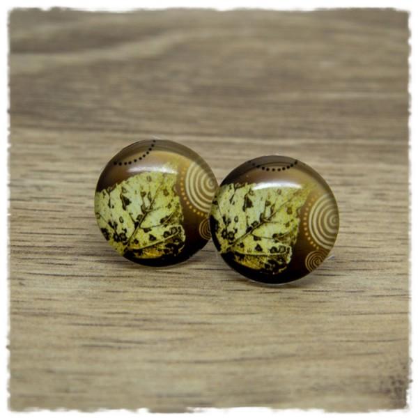 1 Paar Ohrstecker mit goldgelbem Blatt auf braunem Hintergrund