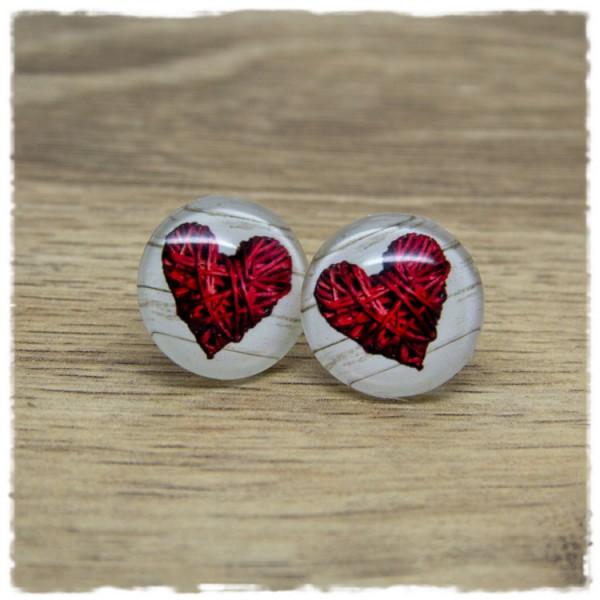 1 Paar Ohrstecker mit rotem Herz auf hellem Holzdekor