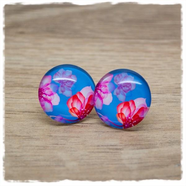 1 Paar Ohrstecker 12mm mit pinken Blüten auf hellblauem Hintergrund