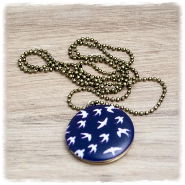 Foto Amulett in 30 mm mit weißen Vöglen auf dunkelblauem Hintergrund