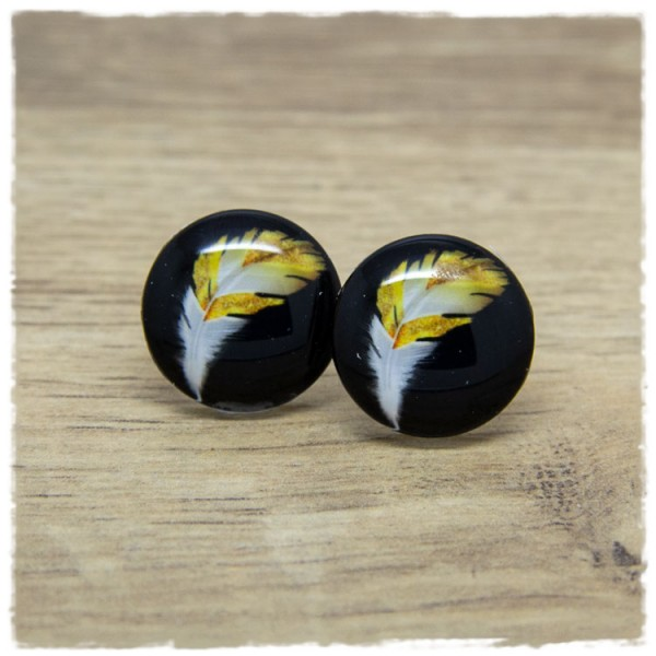 1 Paar Ohrstecker mit weiß goldener Feder auf schwarzem Hintergrund