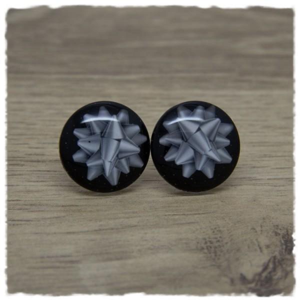 1 Paar Ohrstecker in 20 mm mit silberner Geschenkschleife auf schwarzem Hintergrund