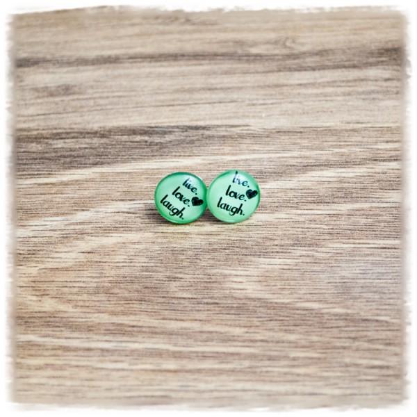 """1 Paar Ohrstecker 12 mm """"LIVE, LOVE, LAUGH"""" auf grünem Hintergrund"""