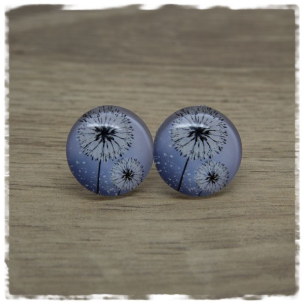 1 Paar Ohrstecker mit Pusteblumen auf blauem Hintergrund