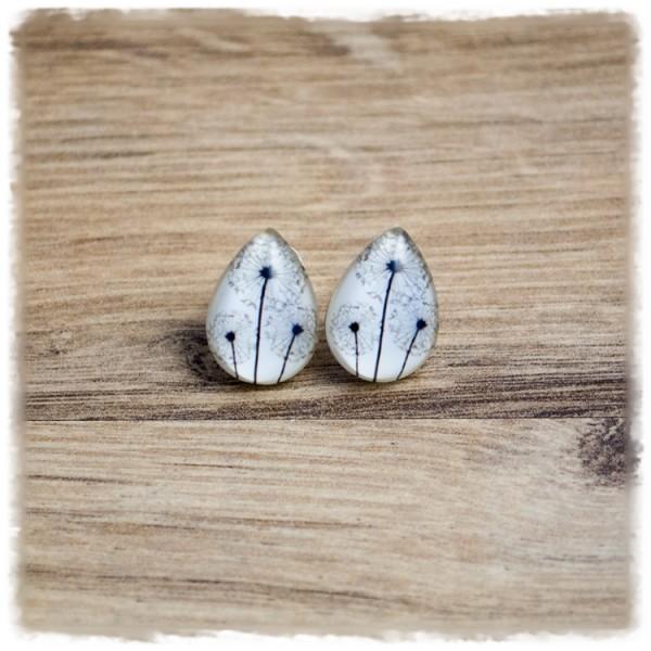 Kleine Ohrstecker in Tropfenform mit Pusteblumen auf weißem Hintergrund