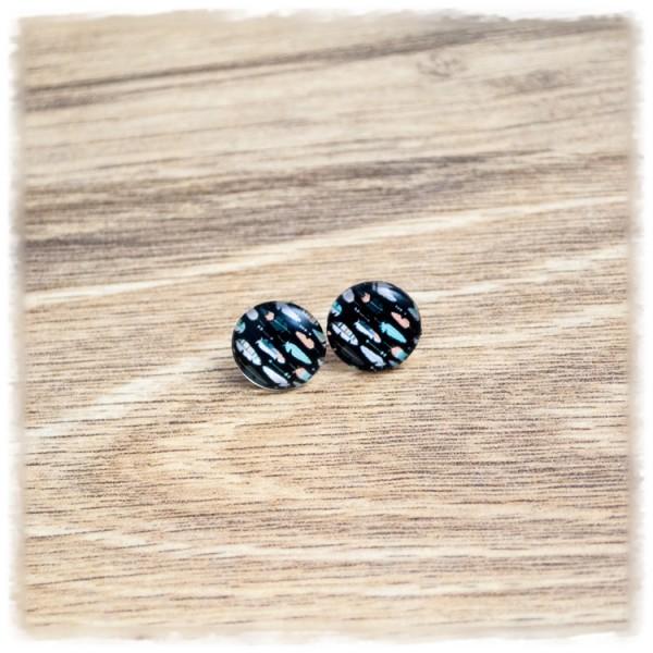 1 Paar Ohrstecker 12 mm mit Federn auf schwarzem Hintergrund