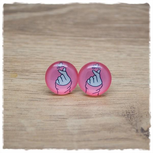 1 Paar Ohrstecker in 16 mm mit Fingern und Herz auf rosa Hintergrund
