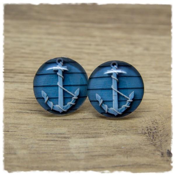 1 Paar Ohrstecker mit Anker auf blaugrauem Holzhintergrund