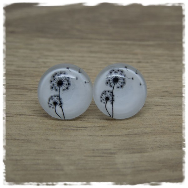 1 Paar Ohrstecker mit schwarzen Pusteblumen auf weißem Hintergrund
