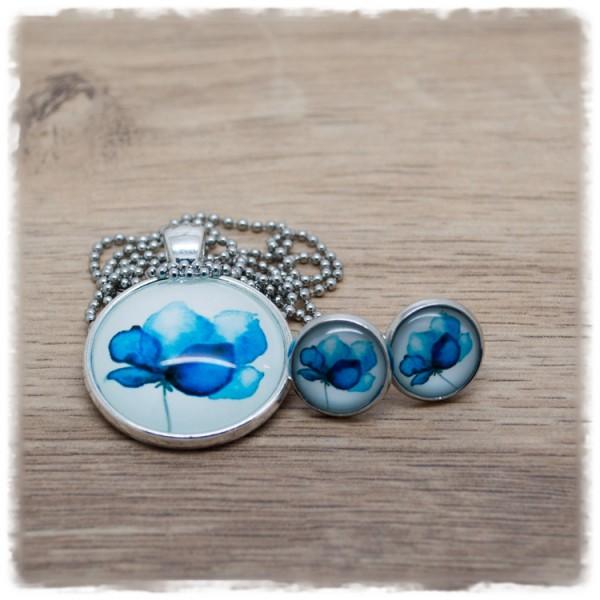 Set aus Kette und Ohrsteckern mit blauer Blüten in silberner Fassung