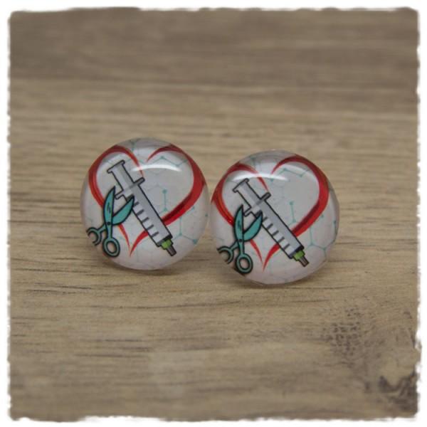 1 Paar Ohrstecker mit Herz, Spritze und Schere