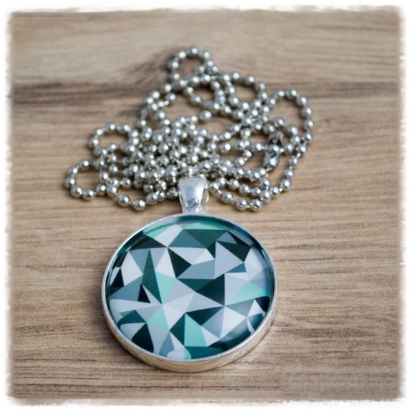 Kette in 30 mm mit geometrischen Figuren in grün in einer Silberfassung