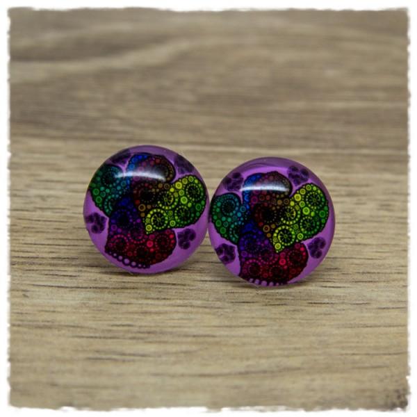 1 Paar Ohrstecker mit bunten Herzen auf lila Hintergrund