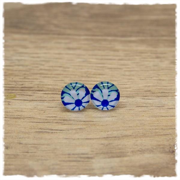 1 Paar Ohrstecker in 10 mm mit weißer Blüte auf blauem Hintergrund