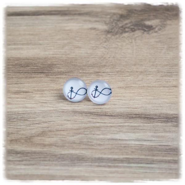 1 Paar Ohrstecker in 12 mm mit Unendlichkeitszeichen und Anker auf weißem Hintergrund