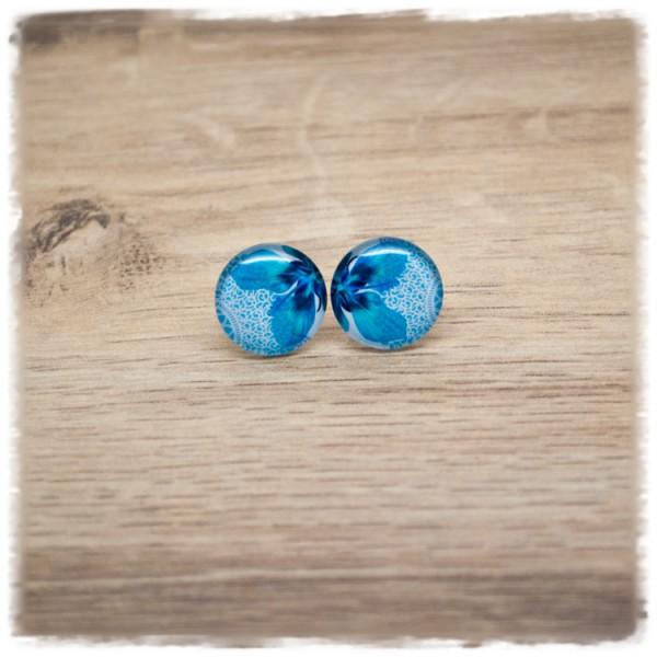 1 Paar Ohrstecker mit blauer Blüte auf hellblauem Hintergrund