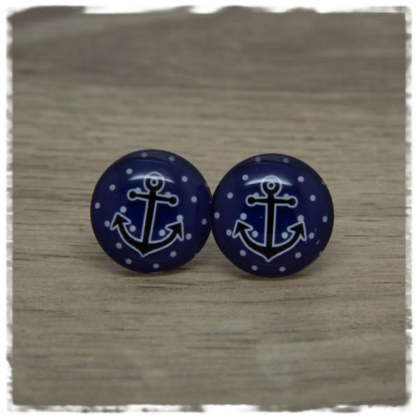1 Paar Ohrstecker mit schwarzem Anker auf dunkelblauem Hintergrund mit weißen Punkten