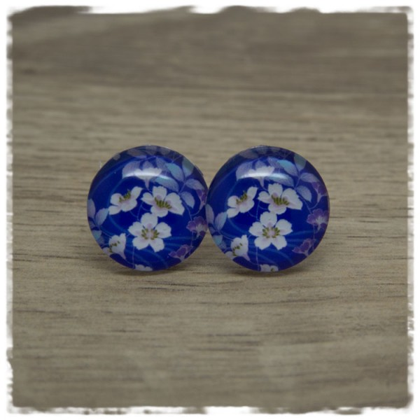1 Paar Ohrstecker mit weißen Blüten auf blauem Hintergrund