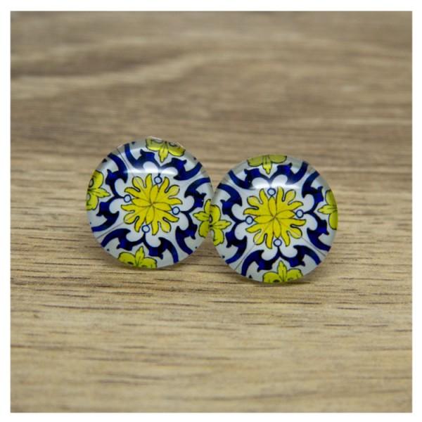 1 Paar Ohrstecker mit blau gelbem Muster auf weißem Hintergrund